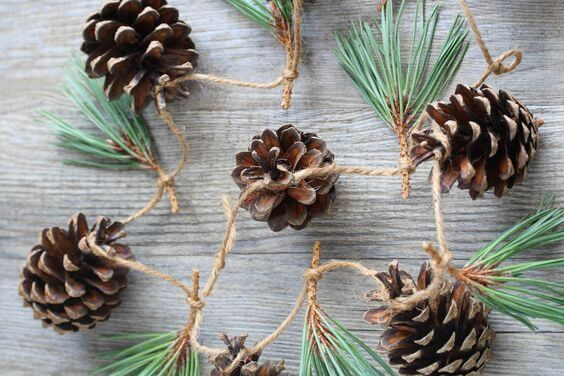 5 Easy Christmas Crafts to Save you Money - Pine garland with Pine Cones